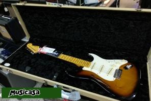 UNBOX Guitarra Fender Eric Johnson Thinline Strat b